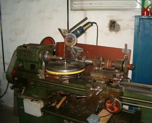 Vista general de los accesorios, montados sobre un torno inactivo, para efectuar el corte de los segmentos (tubos).