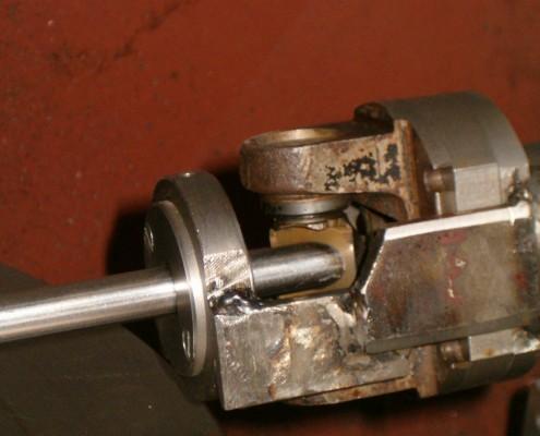 Cabezal limitador. Hace de tope longitudinal y puede rotarse para ajustar el ángulo de giro entre los planos de corte inicial y final del segmento.