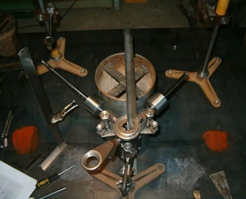 Calibración del cabezal de soldadura. La intercepción de dos segmentos horizontales a soldar define el origen de una nueva terna de coordenadas.