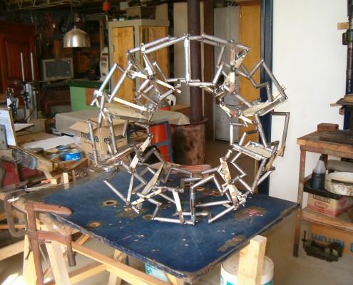 "Ensamble provisorio, desvinculado del soporte inicial, escultura ""Moebius Segmentado""."